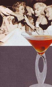 Мерлин Монро мешает коктейль Манхеттен - Manhattan в грелке