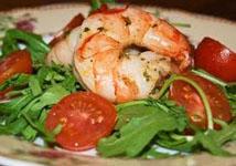Салат из рукколы, креветок и помидоров черри