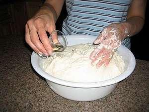 Добавляем растительное масло в тесто для осетинских пирогов