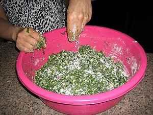Добавляем в начинку для осетинских пирогов муку