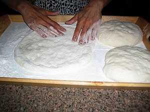 Раскатываем наше тесто для осетинских пирогов руками
