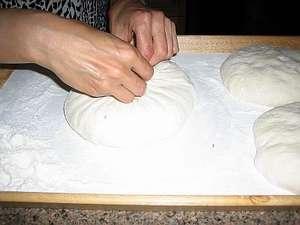 Собираем тесто в середине, а лишнее обрезаем