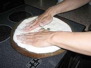 Заполняем заготовкой всю сковороду