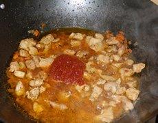 Плов со свининой - Добавляем томатную пасту