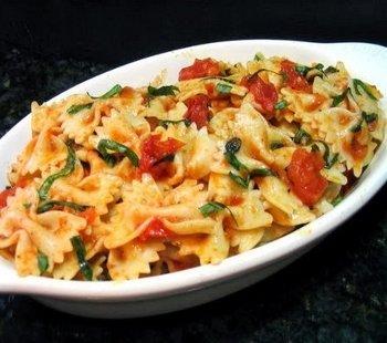 Рецепт приготовления итальянского фарфалле с помидорами и базиликом