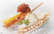 Наполеон в дуэте с позолоченным персиком и грушей