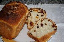 Хлеб с корицей, орешками и изюмом