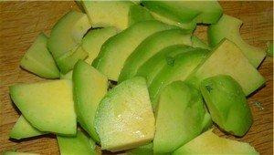 Нарезаем на четвертинки авокадо