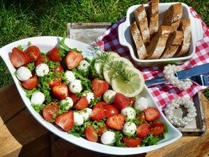 """Клубнично-витаминный салат с легким названием """"Летний восторг"""" готов!!!"""