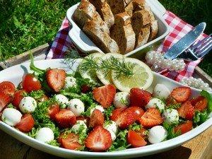 """Приготовление салата с клубникой """"Летний восторг"""""""