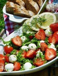 """Что нужно для приготовления клубничного салата """"Летний восторг""""?"""