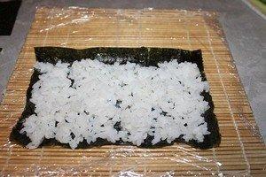 Выкладываю рис на нори
