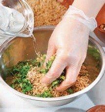 Готовим ореховую пасту смешивая ингредиенты для пасты