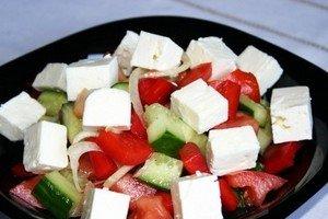 Выкладываем овощи и сыр в тарелку