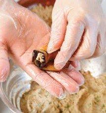 Скатываем рулетики из баклажанов с ореховой пастой