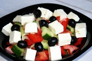 Выкладываем по салату маслины