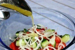 Заливаем нарезанные овощи салатной заправкой