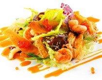 Рецепт салата из морепродуктов и красной икрой