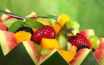 Приготовление салата с фруктами и медом