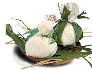 Буррата упаковывается для продажи в банановые листья