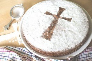 Посыпаем пирог пудрой и формируем крест