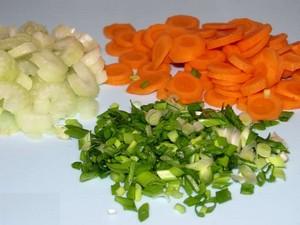 Шинкуем перья лука, сельдерей и морковь