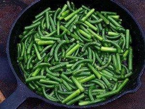 Чесночные зеленые стрелки - главный ингредиент васаби по-украински