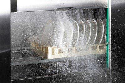 Процесс мойки в посудомоечной машине