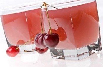 Три компота: из ягод, абрикосовый, из яблок