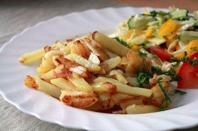 Жареная картошка с овощным салатом