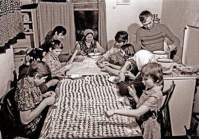 Лепка пельменей в советской семье была дружной традицией