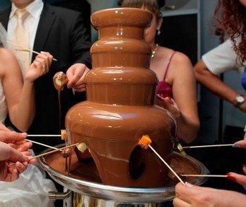 Модно и вкусно – заказать шоколадный фонтан на свадьбу