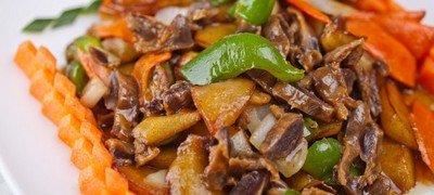 Рецепт приготовления куриных желудков, жаренных с беконом и овощами