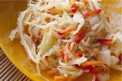 Рецепт салата из белокочанной капусты и обжаренными кусочками сала