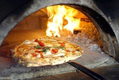Традиционно пиццу выпекают в печи на дровах