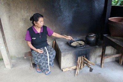 Вот так в обычной сковороде жарят кофе на Бали