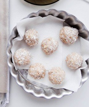 Как приготовить десерт «снежки» в шоколаде