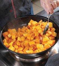 Обжариваем тыкву на сковороде с добавлением масла