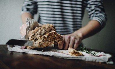 Как приготовить хлеб с изюмом и розмарином?