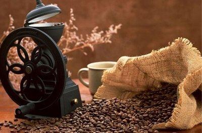 Кофе в зернах и кофемолка