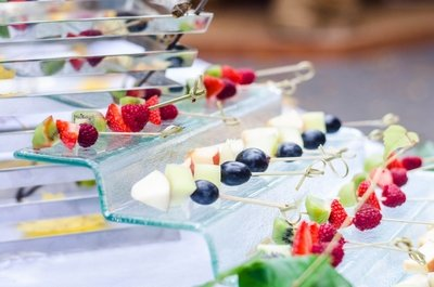Сервировка фуршетного стола ягодными канапе