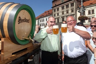 Бочка пива Pilsner Urquell и жители города Пльзень