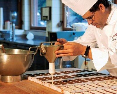 Мужчина кондитер готовит сладкое блюдо