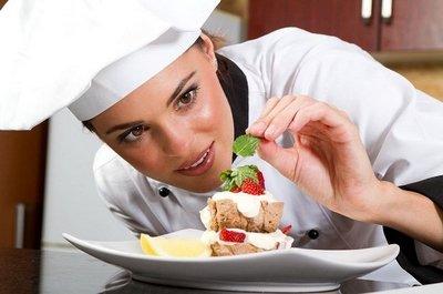 Женщина кондитер готовит десерт