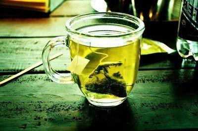 Заваренный зеленый чай в пакетике