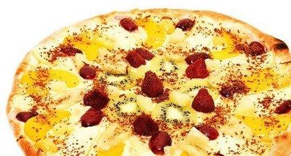 Десертная пицца с клубникой