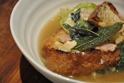 Итальянский суп из хлеба и капусты с шалфейным маслом