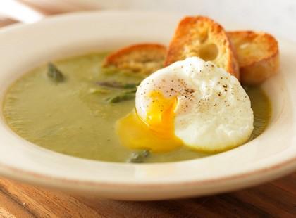 Суп-пюре из спаржи с яйцом-пашот на тосте