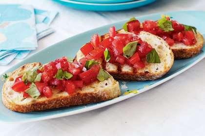 Салат на брускетте с помидорами