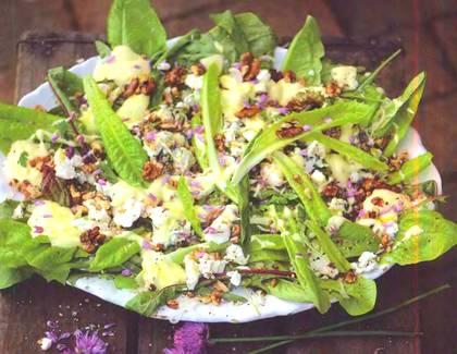 Салат из сыра и лука с заправкой из сметаны